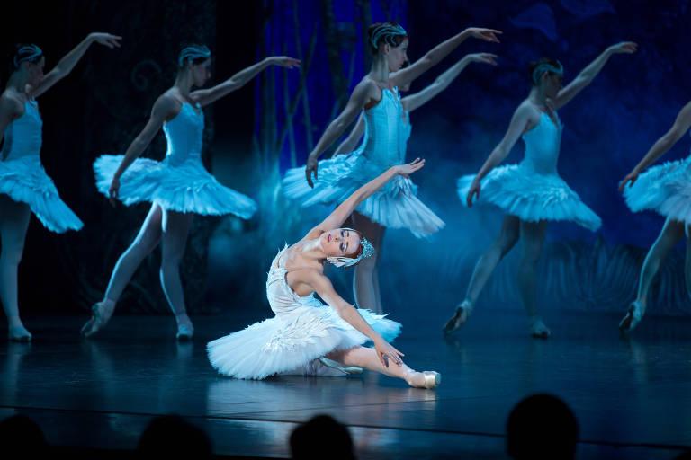 Cena da montagem do Ballet Imperial da Rússia para 'O Lago dos Cisnes'