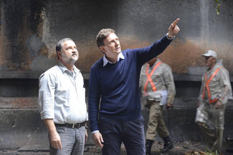 O prefeito da cidade do Rio de Janeiro Marcelo Crivella, à direita, visitou o túnel após o acidente