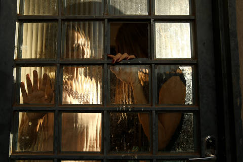 BRASILIA, DF,  BRASIL,  12-05-2019, 12h00: Retratos de personagens para matéria da Fernanda Mena sobre exploração sexual. Julia, que foi vítima de estupro virtual quando era menor (hoje com 18 anos), e a mãe dela Solange, na casa onde moram no DF. (Foto: Pedro Ladeira/Folhapress, SUP. ESPECIAIS) ***EXCLUSIVO*** ***ESPECIAL***