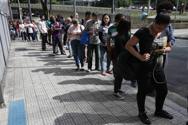 Fila no Cartório Eleitoral do Anhangabaú, no centro de São Paulo, para alteração no título eleitoral