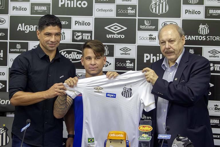 O presidente do Santos, José Carlos Peres (à dir), durante apresentação do meia-atacante Soteldo (ao centro), um dos reforços da equipe na temporada
