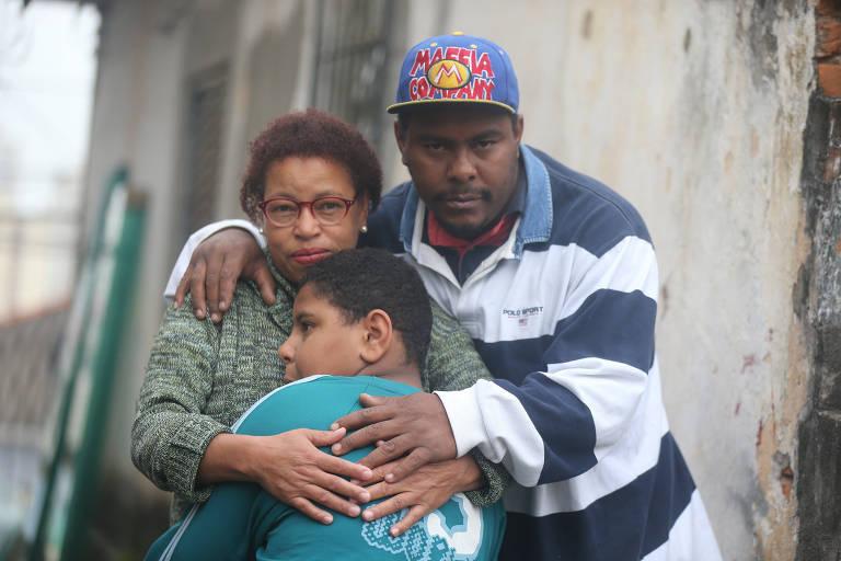 Gustavo Santos, dez anos, tem paralisia parcial e não consegue realizar atividades simples