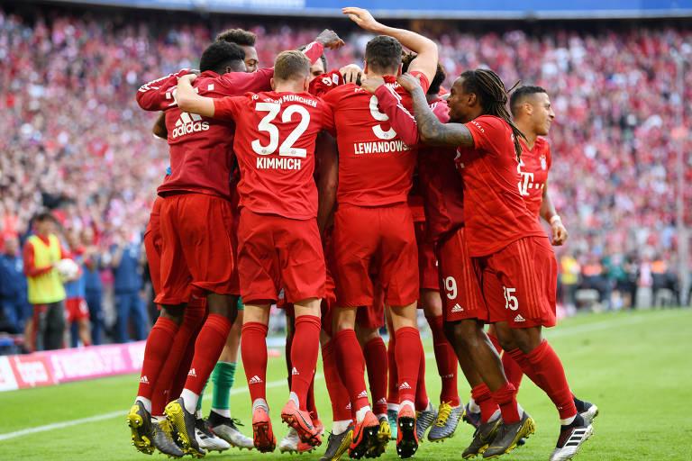 Jogadores comemoram gol do Bayern contra o Eintracht Frankfurt, partida que garantiu o título alemão