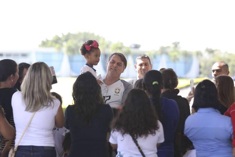 O presidente Jair Bolsonaro na entrada do Palácio da Alvorada neste sábado (18)