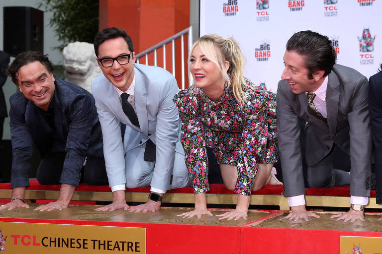 "Os atores Johnny Galecki, Jim Parsons, Kaley Cuoco e Simon Helberg de ""The Big Bang Theory"""