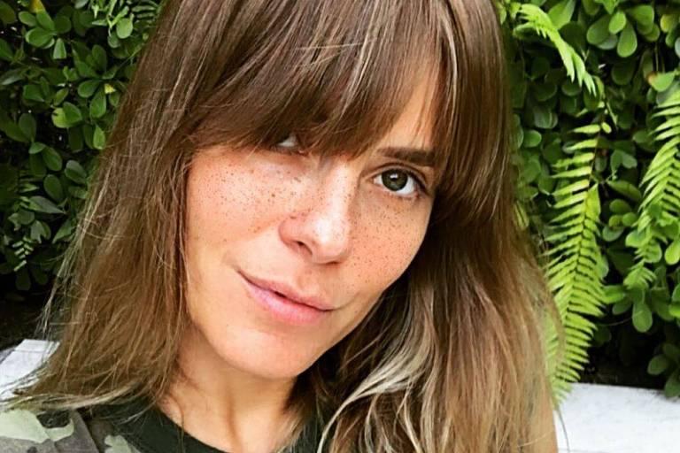 Carolina Dieckmann corta os próprios cabelos