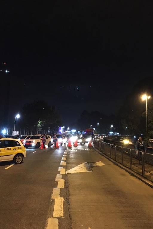 Engarrafamento no encontro das avenidas Rebouças e Doutor Arnaldo causado pela interdição da avenida Paulista.