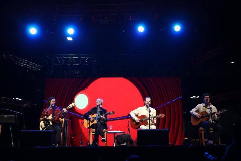 Zeca, Caetano, Moreno e Tom Veloso em show no palco do vale do Anhangabaú