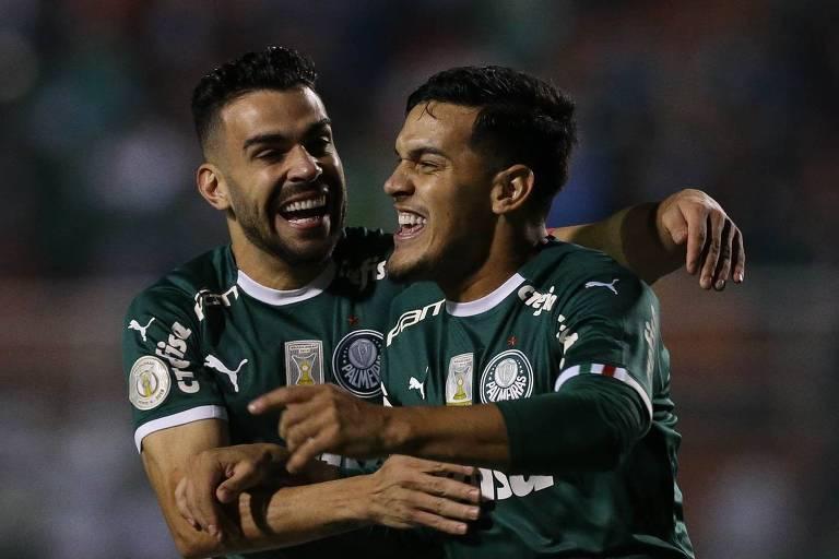 Gustavo Gómez (à dir.) comemora com Bruno Henrique o seu gol, o primeiro do Palmeiras na goleada por 4 a 0 sobre o Santos, no Pacaembu