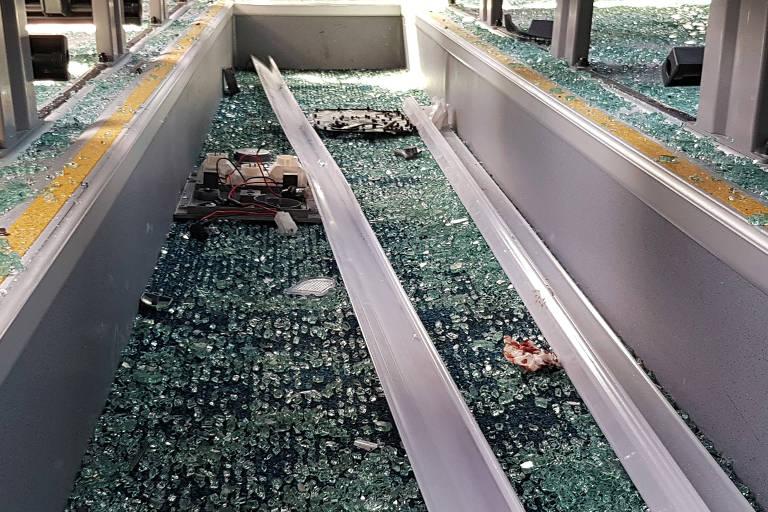 Ônibus atingido por explosão no Egito tem janelas quebradas e vidros estilhaçados