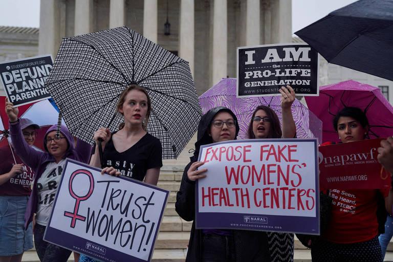 Mulheres protestam em frente à Suprema Corte, em Washington