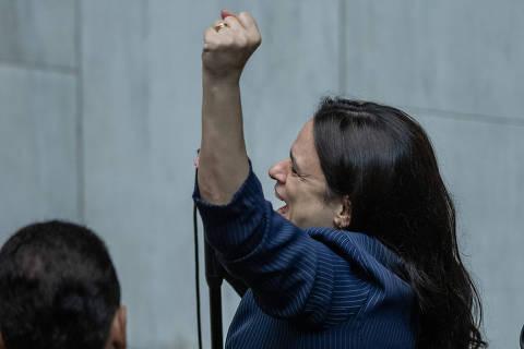 Pessoas que cercam Bolsonaro alimentam visão conspiratória que o estão afundando, diz Janaina Paschoal