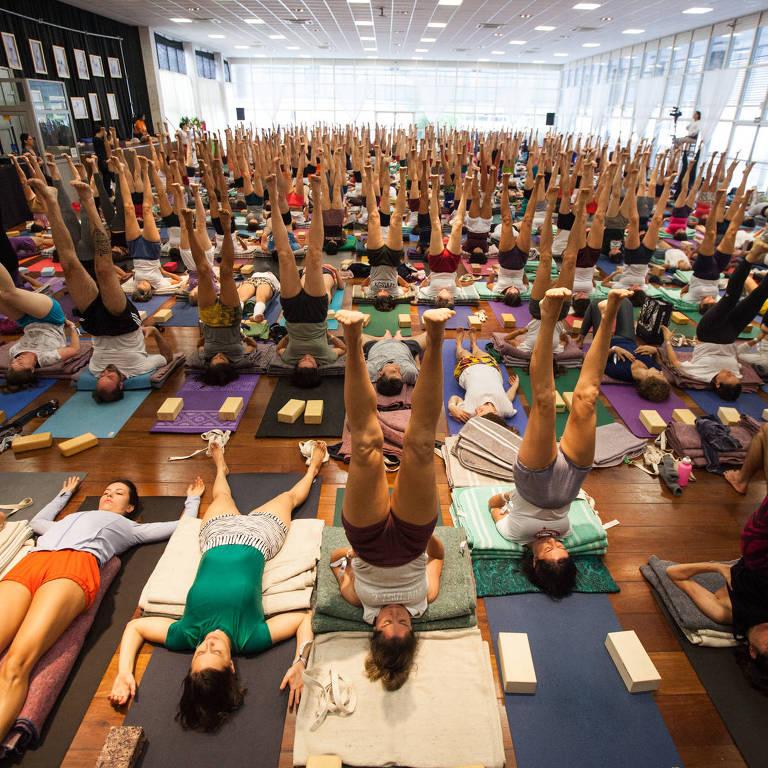 Mestra de ioga Iyengar dá aula em São Paulo