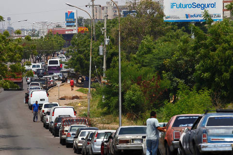 People with vehicles wait in line in an attempt to refuel at a gas station of the state oil company PDVSA in Maracaibo, Venezuela, May 17, 2019. REUTERS/Isaac Urrutia ORG XMIT: VEN06