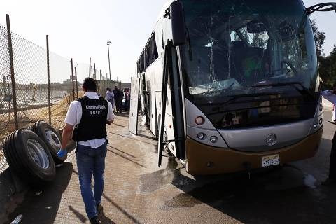 (190519) -- CAIRO, May 19, 2019 (Xinhua) -- Photo taken on May 19, 2019 shows the site of an explosion near Cairo, Egypt. An explosion hit on Sunday a tourist bus near the Grand Egyptian Museum near the capital Cairo, injuring 14 people, official Ahram Online news website reported. (Xinhua/Ahmed Gomaa)