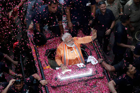 FILE PHOTO: India's Prime Minister Narendra Modi waves towards his supporters during a roadshow in Varanasi, India, April 25, 2019. REUTERS/Adnan Abidi/File Photo ORG XMIT: FW1