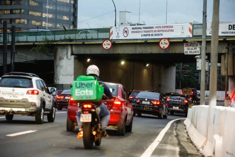 Prefeitura proíbe motos na pista expressa da marginal Pinheiros