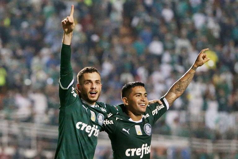 Hyoran e Dudu comemoram gol do Palmeiras contra o Santos pelo Brasileiro