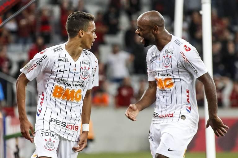 Vagner Love (à dir.) comemora com Pedrinho o segundo gol corintiano sobre o Athletico-PR, na Arena da Baixada