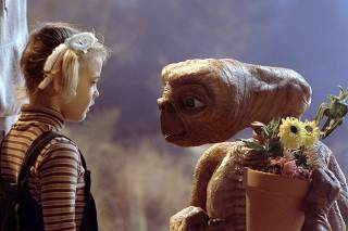 DREW BARRYMORE AND ET IN SCENE FROM FILM