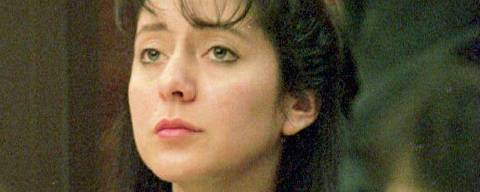As her attorney James Lowe studies documents, Lorena Bobbitt (L) listens to testimony on the third day of her malicious wounding trial in Manassa, VA, 12 January 1994. If found guilty, the Ecuadoran-born manicurist faces up to 20 years in prison and could be deported. (Photo by POOL / AFP) ORG XMIT: PDCA98C