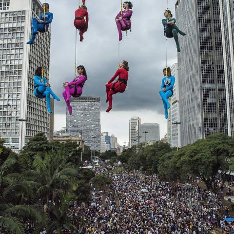SÌO PAULO, SP, BRASIL. 19/05/2019. Performance, Viaduto do Ch‡ - Corpos Suspensos, realizada durante a Virada Cultural na tarde deste domingo, 19. (Foto: Jardiel Carvalho/Folhapress, ILUSTRADA) ***EXCLUSIVO FOLHA
