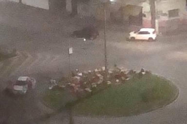 Reféns ficam amontados em rotatória durante assalto a agência bancária de Pouso Alegre, em Minas