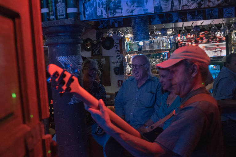 Bill Slusser, center, sings with friends Fil Formicola, left, and Dilia Suriel at a bar in San Miguel. Slusser has built a community of friends with whom he sings karaoke on the weekends. MUST CREDIT: Photo for The Washington Post by Luis Antonio Rojas