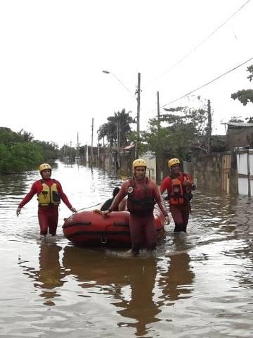 Bombeiros resgatam moradores que ficaram ilhados em Peruíbe