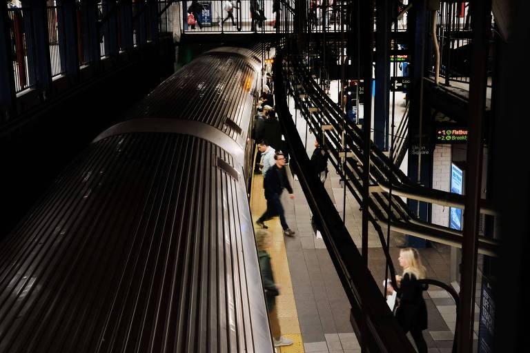 Passageiros no metrô em Nova York