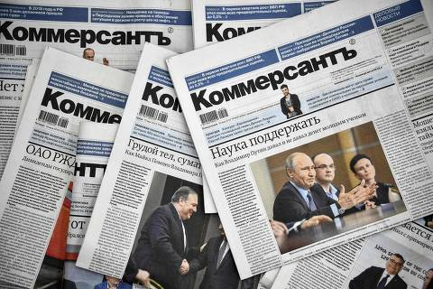 A picture taken on May 20, 2019, shows Kommersant daily newspaper issues. - The entire political desk of one of Russia's top newspapers, Kommersant, quit on May 20, 2019 in protest over censorship after two veteran reporters were fired. (Photo by Alexander NEMENOV / AFP)