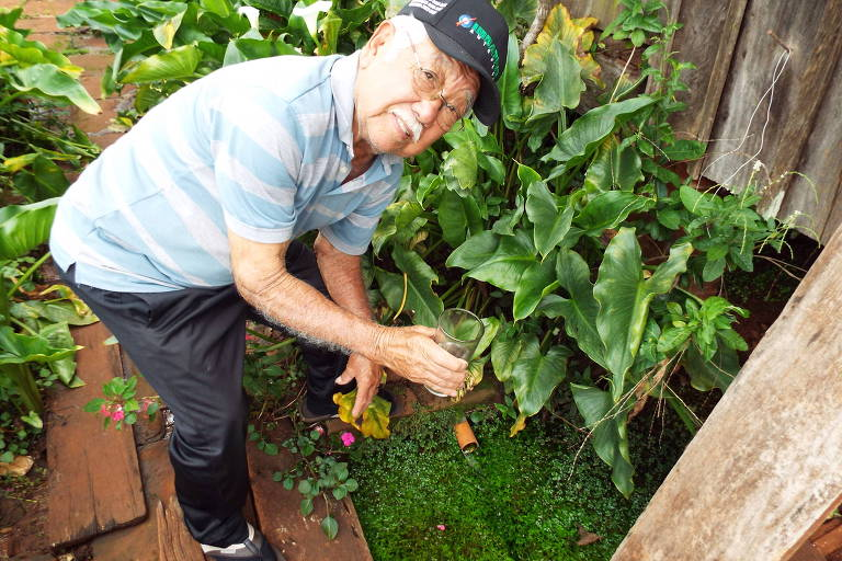 Hiroshi Fukomoto, então com 85 anos, colhendo água na fonte do rio Pirapó, em Apucarana (PR)