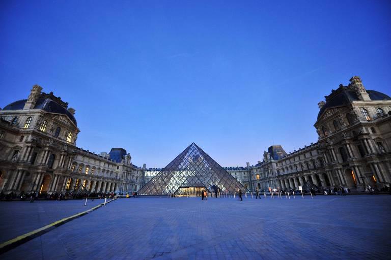 Pirâmide do Louvre, construída por I.M. Pei