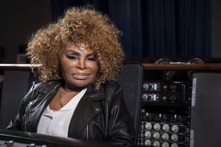 A cantora Elza Soares posa para foto no estúdio da Red Bull Station