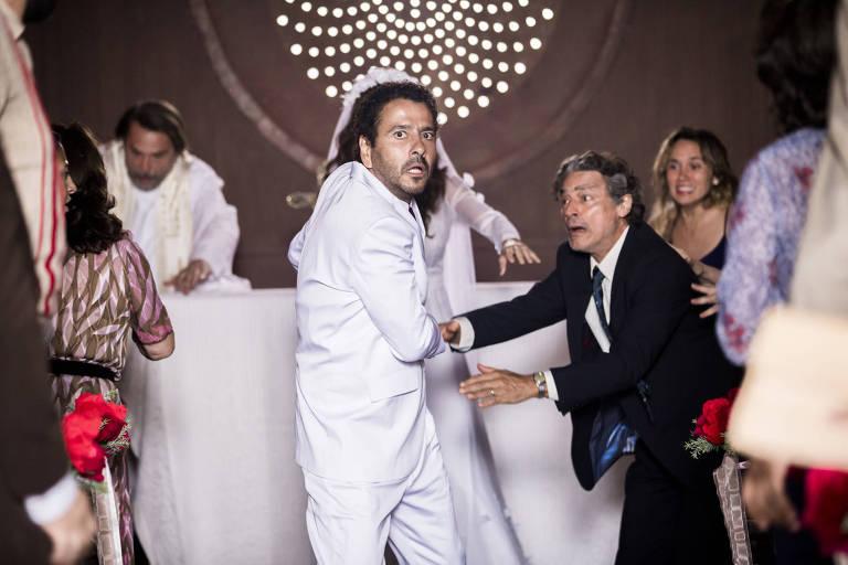 Amadeu (Marcos Palmeira) toma um tiro durante o casamento com Maria da Paz (Juliana Paes)