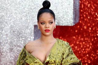 Rihanna em tapete vermelho de Londres