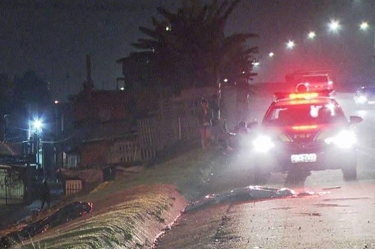 Corpo do garoto Cristiam, 8, atropelado na rodovia Fernão Dias, em São Paulo