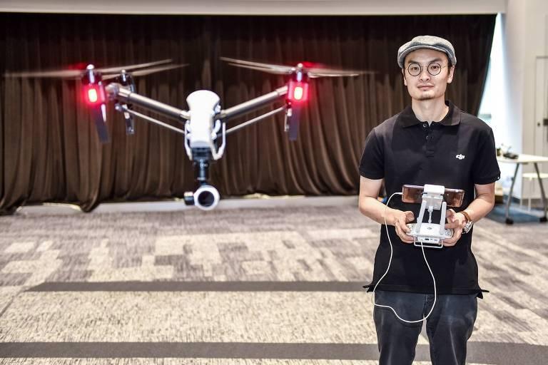 Wang Tao, fundador da Da-Jiang Innovations (DJI), controla um drone em sua companhia em Shenzhen, na China.