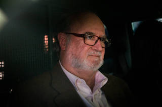 Ex-governador de Minas Gerais Eduardo Azeredo deixa o IML de Belo Horizonte