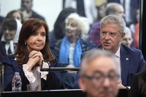 (190521) -- BUENOS AIRES, 21 mayo, 2019 (Xinhua) -- La ex presidenta de Argentina, Cristina Fernández (i), reacciona junto a su abogado Carlos Beraldi (d), durante el juicio oral en el Tribunal Oral Federal 2 (TOF 2), en Buenos Aires, Argentina, el 21 de mayo de 2019. La ex presidenta de Argentina, Cristina Fernández (2007-2015), denunció el martes que enfrenta una
