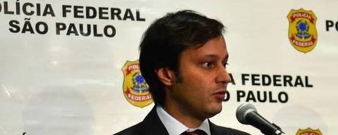 O delegado da Polícia Federal Milton Fornazari (e), ao lado do também delegado Alexandre Manoel Gonçalves (d), durante entrevista coletiva