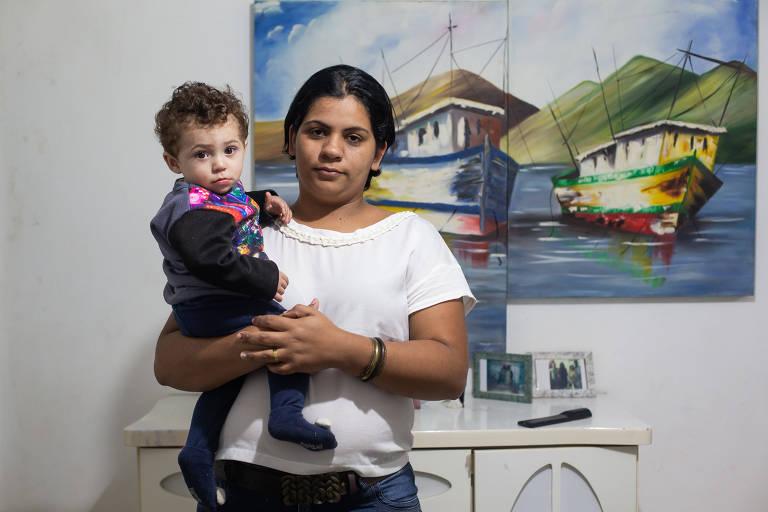Caroline Reina Felipe Fernandes, 28 anos, com seu bebê; ela conta que está na fila de espera por vaga em uma das creches da rede municipal