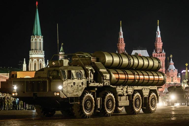 Lançador S-400, que a Turquia comprou de Moscou, em ensaio de parada em Moscou