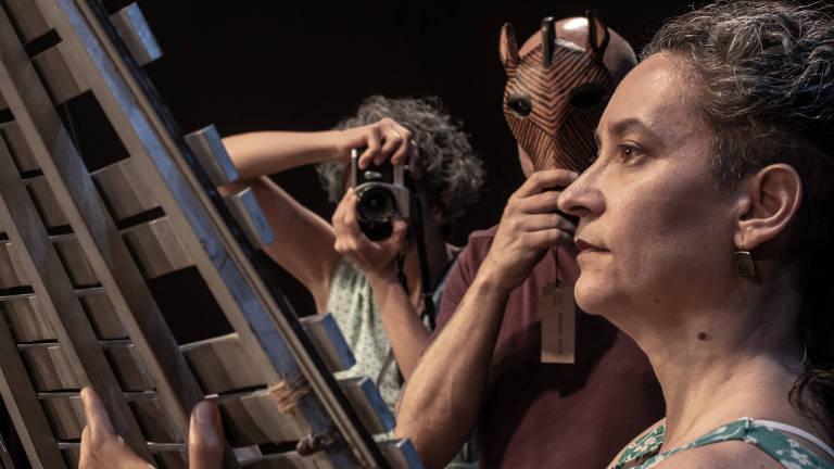 Os atores do Grupo Lume Ana Cristina Colla, Renato Ferracini. e Raquel Scotti Hirson em cena de 'Kintsugi. Cem Memórias'