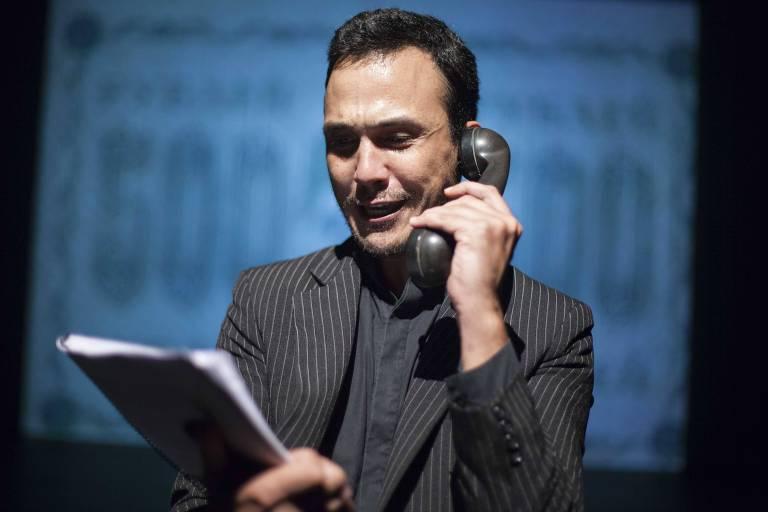 O ator Diego Machado em cena da leitura de 'O Rinoceronte', de Ionesco