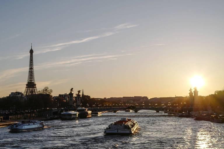 Barco em rio ao por do sol