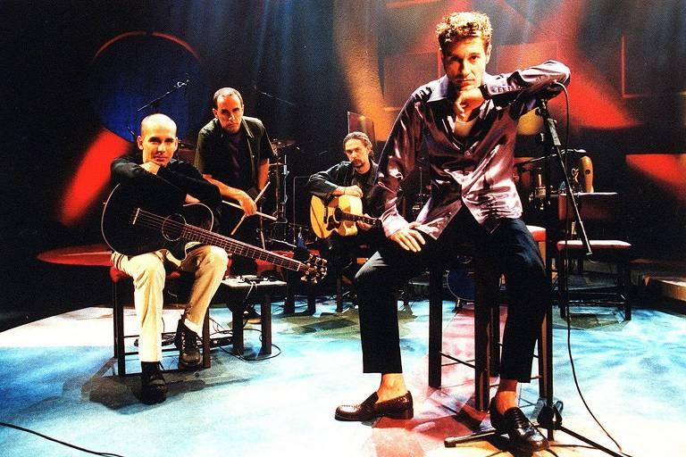 O baixista Flávio Lemos, o baterista Fê Lemos, o guitarrista Loro Jones e o vocalista Dinho Ouro Preto, que formavam a banda Capital Inicial na gravação do 'Acústico MTV'