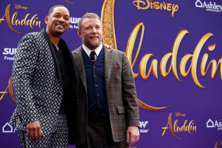 """O ator Will Smith (esq.) e o diretor Guy Ritchie em exibição de """"Aladdin"""" em Los Angeles"""