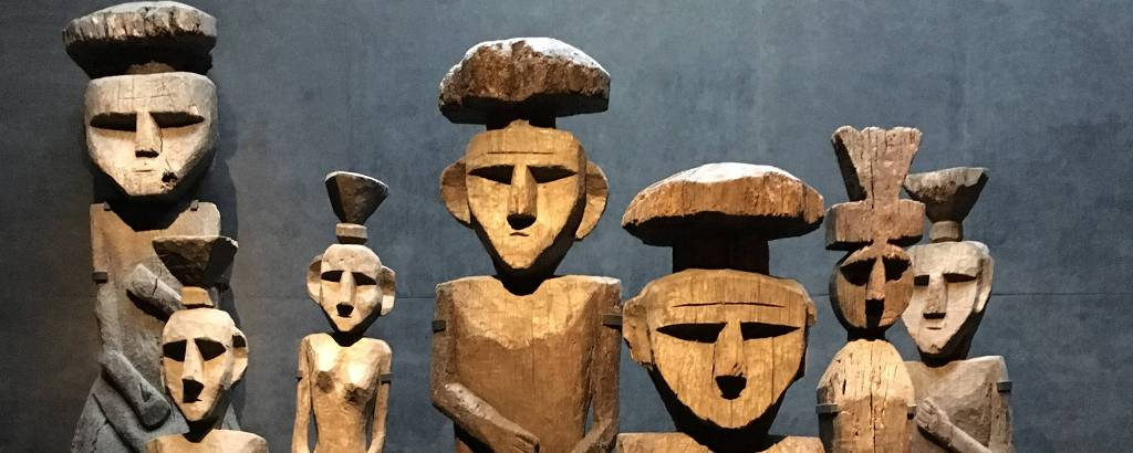 Estátuas de madeira do povo mapuche expostas no Museu de Arte Precolombino