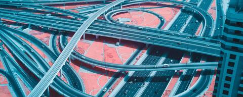 Cruzamento da avenida Sheikh Zayed (embaixo) com a Al Safa St. e o metrô de Dubai (em cima); para o italiano Paolo Pettigiani, a cidade foi pensada para carros, já que os pedestres se locomovem com dificultade pela cidade